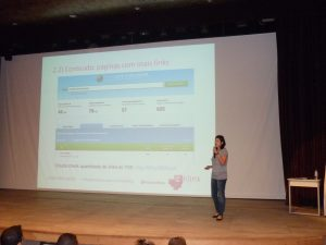 Manuela Sanches, fundadora da Enlink, palestrando sobre Planejamento Estratégico para Link Building
