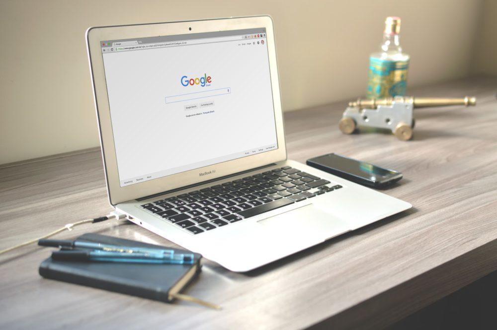 Notebook com a página de busca do Google aberta