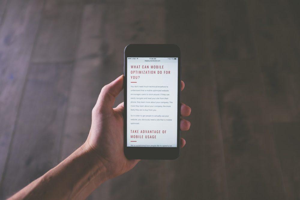 Smartphone com conteúdo web formatado.