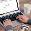 Mulher fazendo uma pesquisa no Google
