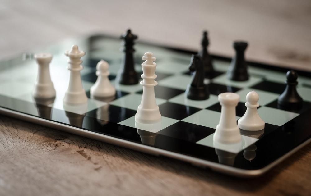 Concorrência na internet representada em jogo de xadrez no tablet