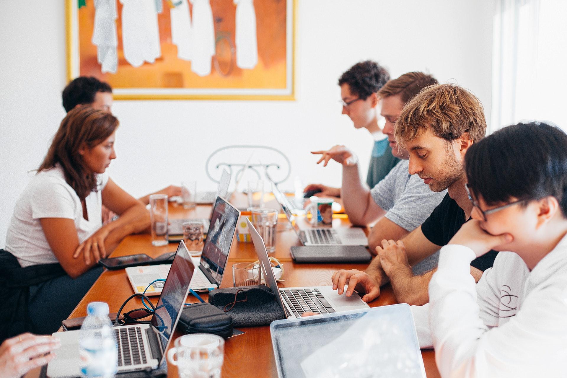 pessoas trabalhando em escritório compartilhado