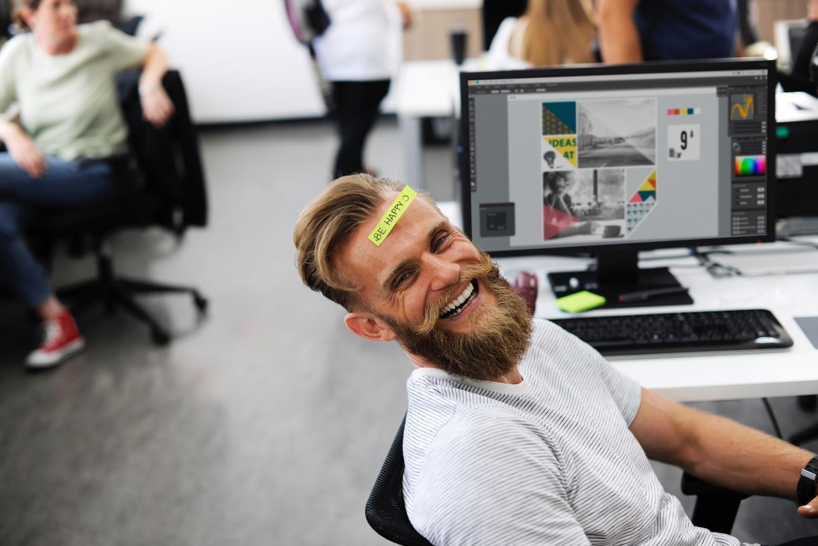 homem feliz trabalhando em um coworking