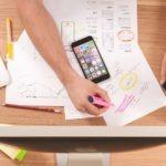 Papéis com planejamento de marketing sobre uma mesa